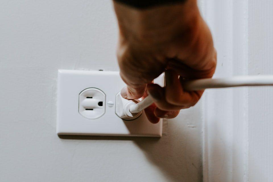 como cambiar un enchufe electrico